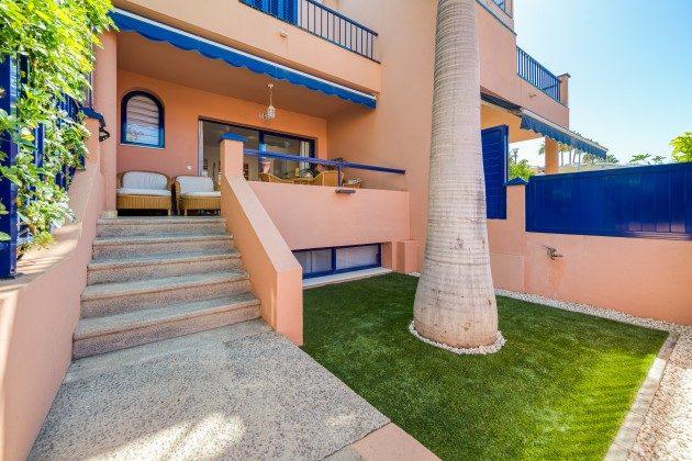 GC 44524-3 Vorgarten und Terrasse vor Wohnzimmer