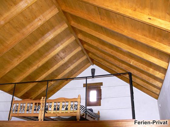 Doppelbett auf der Galerie über der Küche