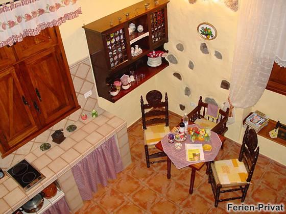 Blick vom Obergeschoss auf Küche und Essplatz