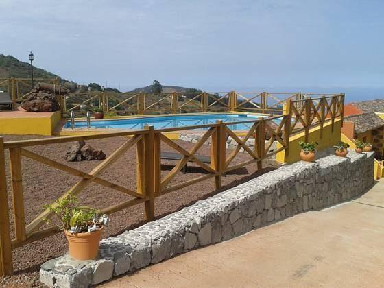Pool und Weg zu den Ferienwohnungen