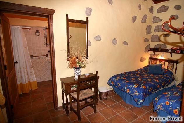 Schlafzimmer mit angrenzendem Badezimmer