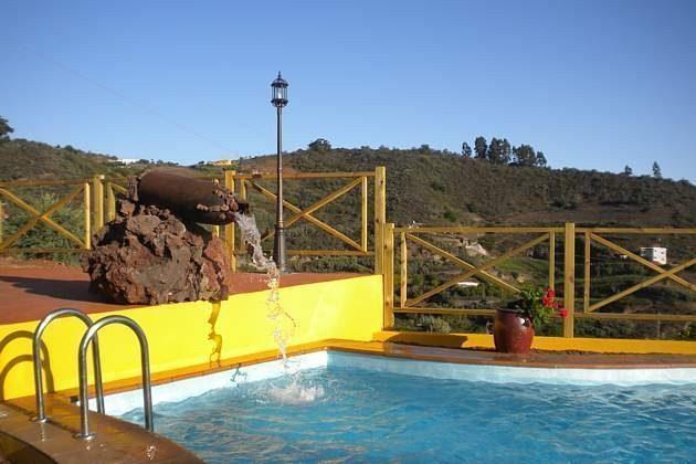 Pool mit kleinem Wasserfall