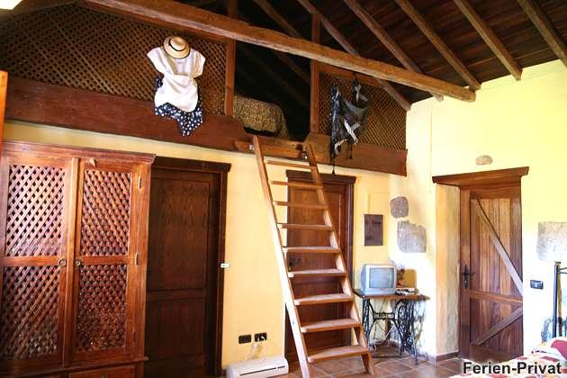 Holzleiter nach oben zum zweiten Schlafzimmer