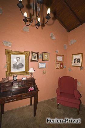 Schreibtisch und Sessel