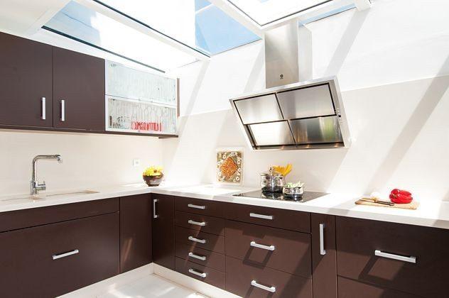 helle Küche mit neuen Küchenmöbeln und Oberlicht