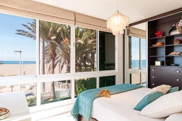 Panoramablick auf Meer und Strand vom Schlafzimmer aus