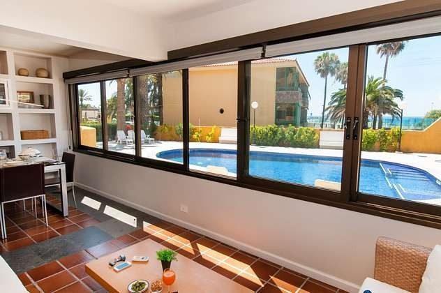 Ausblick auf den Pool vom Wohnbereich aus