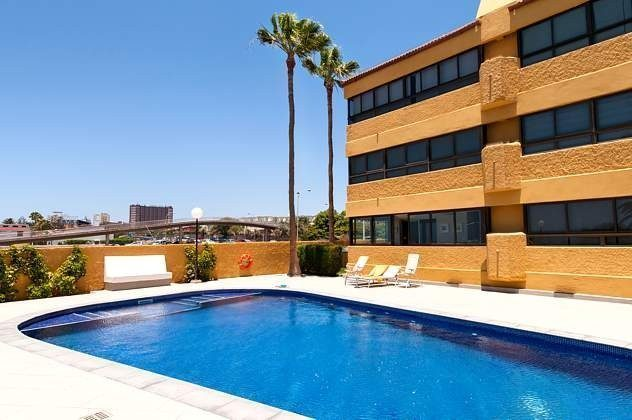 Außenansicht Apartmenthaus mit Pool