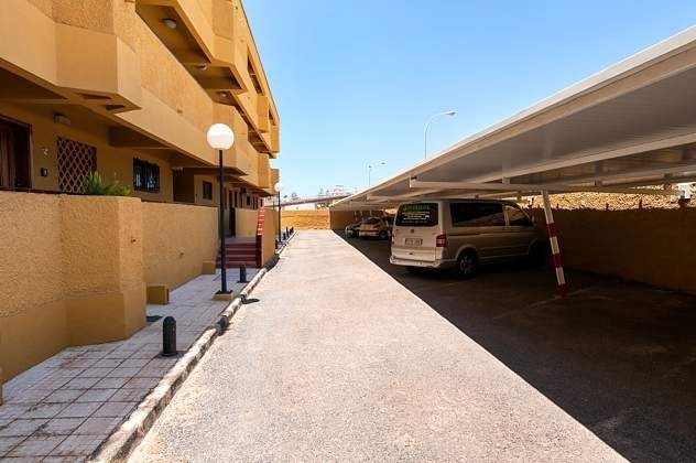privater Parkplatz mit Überdachung