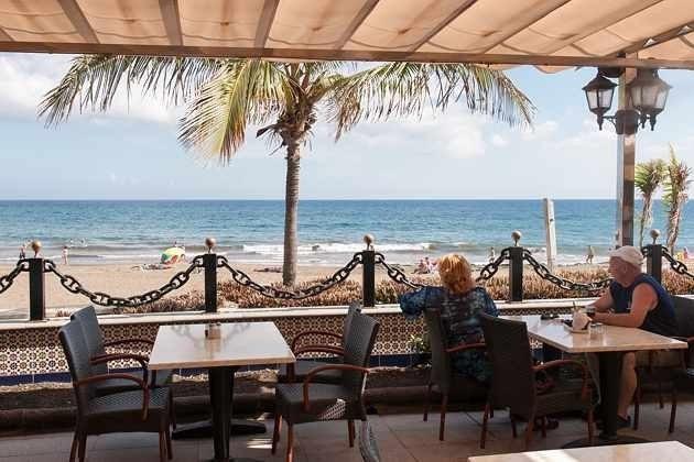 Restaurant mit Blick auf den Strand und das Meer