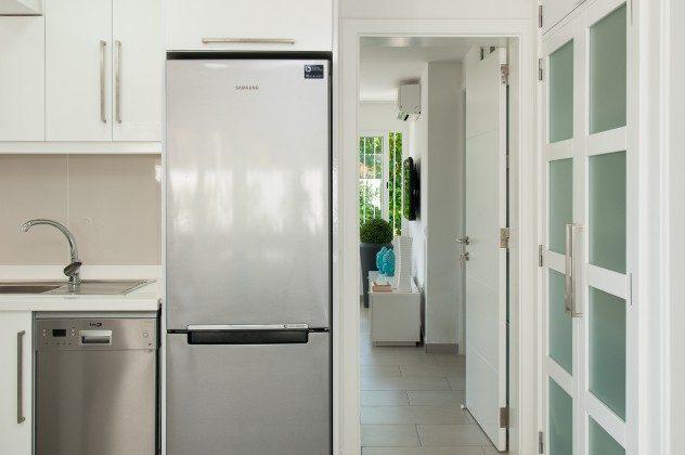 164835-18 großer Kühlschrank mit Gefrierfach in der Küche
