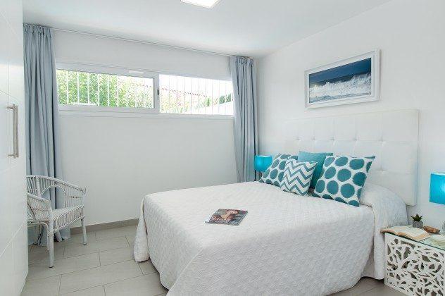 164835-18 Schlafzimmer mit Doppelbett