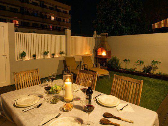 GC 164835-26 Abendessen im Freien vom Grillkamin