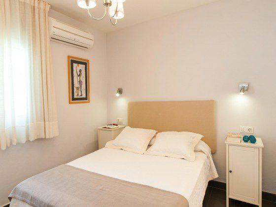 GC 164835-26 Schlafzimmer mit Doppelbett