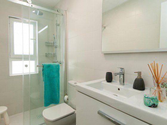 GC 164835-27 Badezimmer mit Duschkabine