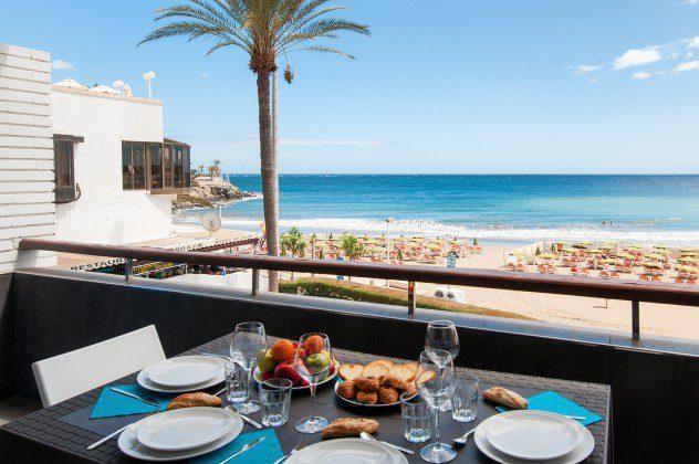 GC 164835-30 Balkon mit Gartenmöbeln und Blick auf den Strand