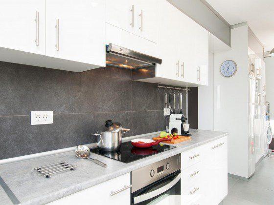 GC 164835-31 Küche mit vielen Küchen- und Kochutensilien für die Selbstversorgung
