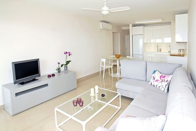 Wohn-/Esszimmer mit angrenzender Küchenzeile