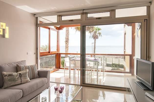 Blick vom Wohnbereich zum Balkon/Terrasse