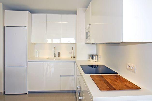 gut ausgestattete moderne Küchenzeile