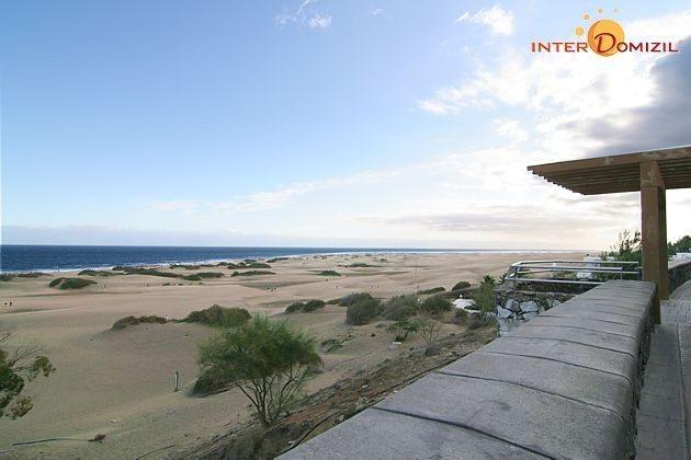 Blick von der Strandpromenade auf die Sanddünen und das Meer