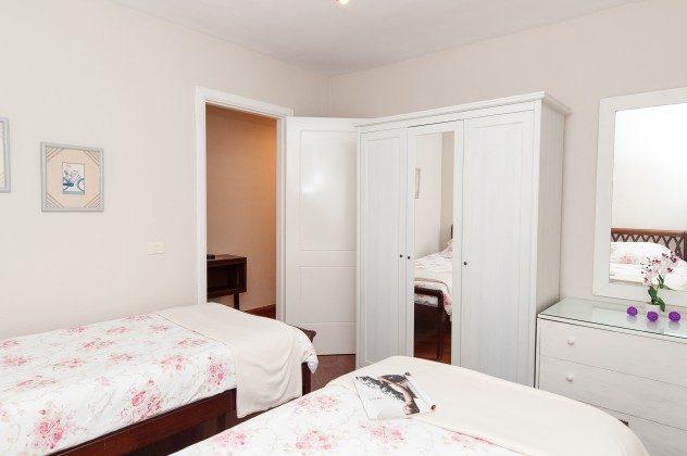 GC 164835-22 Schlafzimmer mit zwei Betten und Schrankraum
