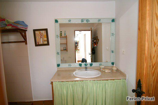 Badezimmer mit Dusche im Haupthaus