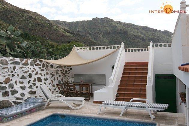 Sitzecke am Pool und Treppe zum oberen Apartment