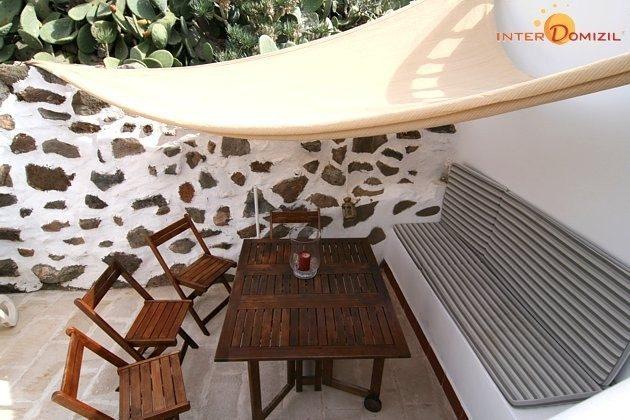 gemütliche Sitzecke auf der Terrasse mit Sonnensegel