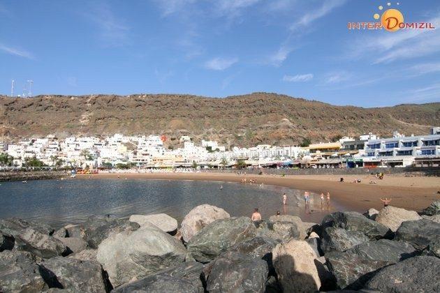 Blick auf den Strand von Puerto de Mogan