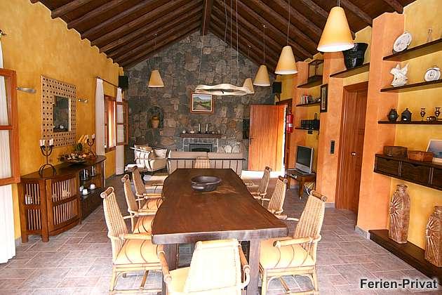 Esstisch und Wohnzimmer