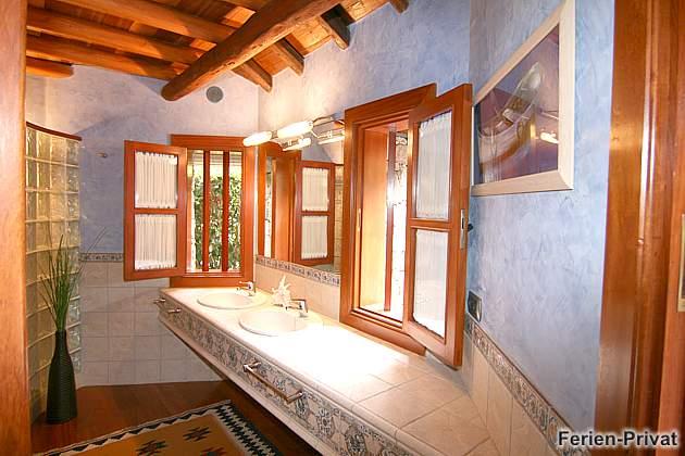 Badezimmer mit zwei Waschbecken