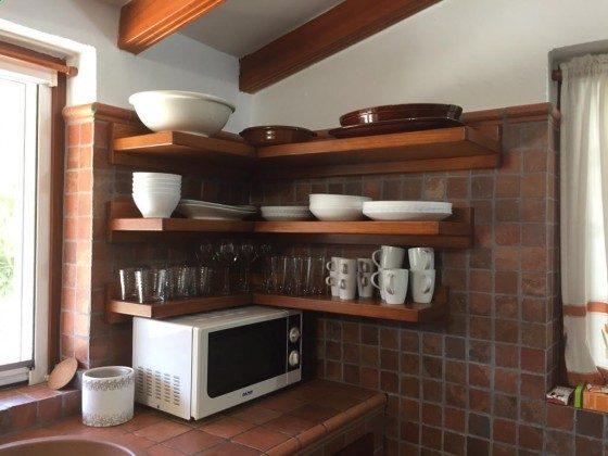 Küche mit Mikrowelle und Arbeitsplatte