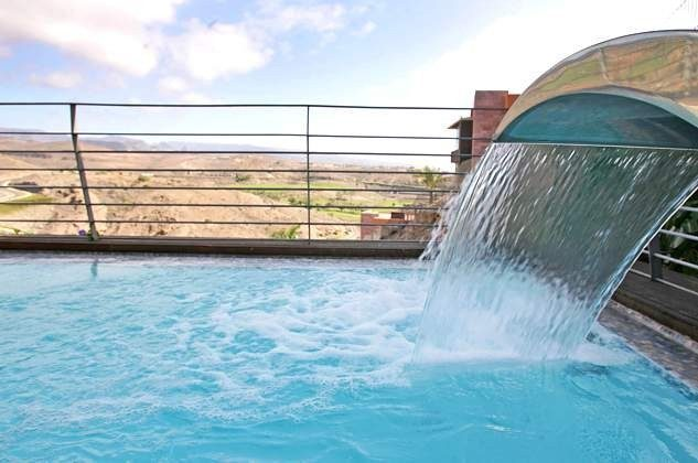 privater Pool mit Gegenstromanlage, Massagedüsen und Wasserfall, beheizbar gegen Gebühr