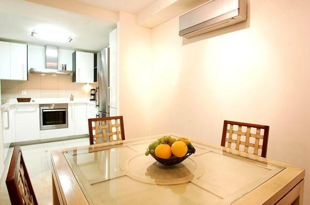 Esstisch und Blick zur Küche