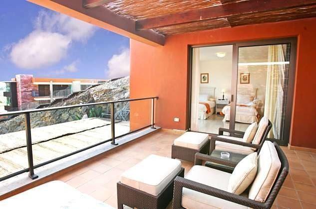 obere Terrasse mit herrlichem Ausblick und gemütlichen Sitzmöbeln