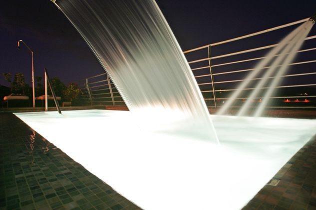 beleuchteter Swimmingpool am Abend