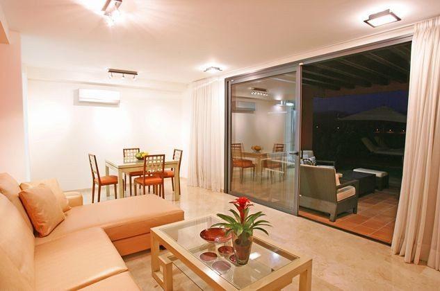 Wohnbereich mit Blick zur Terrasse am Abend