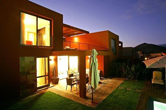 Außenansicht der Villa am Abend
