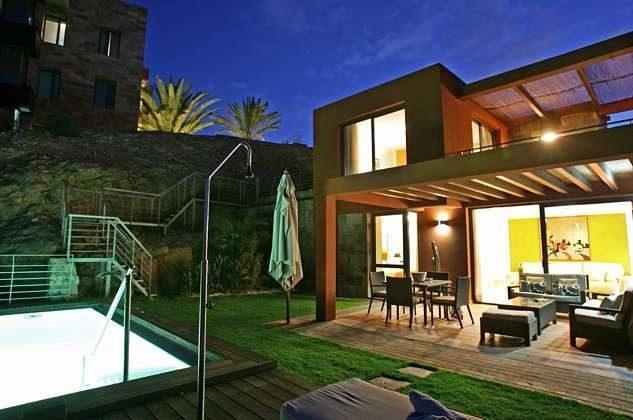 Villa und Pool am Abend mit Beleuchtung