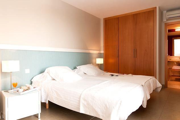 Schlafzimmer mit Einzelbetten, die zum Doppelbett zusammengeschoben werden können