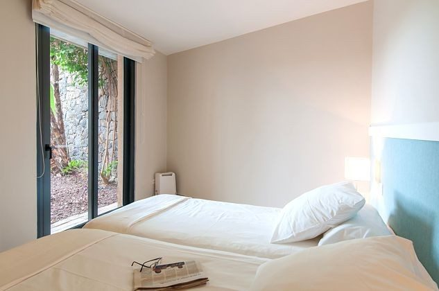 Schlafzimmer mit zwei Einzelbetten, die zusammen geschoben werden können