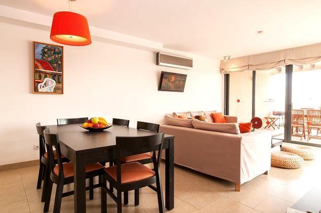 Esstisch und Sitzecke im Wohnbereich