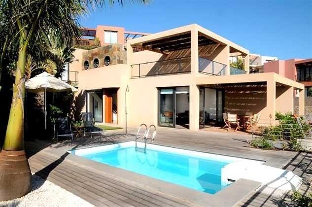 Außenansicht Villa und Pool