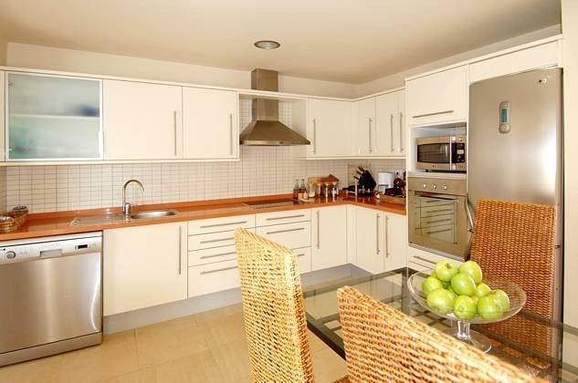 Küche mit diversen Küchengeräten ausgestattet
