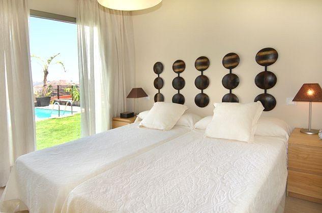 weiteres Schlafzimmer mit zwei Einzelbetten und Zugang zum Garten