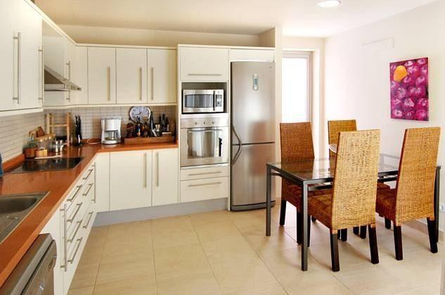 gut ausgestattete Küche mit Essplatz