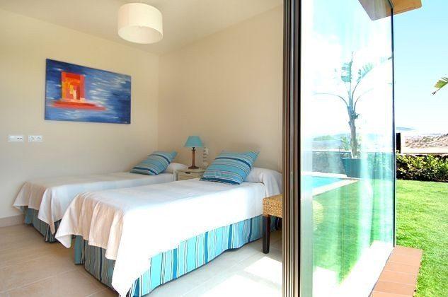 Schlafzimmer mit zwei Einzelbetten mit direktem Zugang zum Garten
