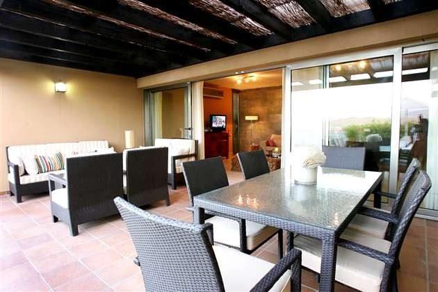 Terrasse mit Essplatz und Sitzecke