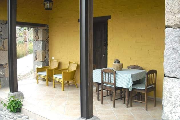 überdachter Sitzplatz auf der Terrasse am Haus, Zugang Schlafzimmer